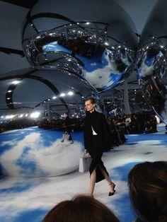 Le premier look du défilé #Dior veste et jupe en crêpe noir