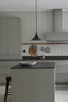 Nordiska Kök - In-frame shaker kitchen in Scandinavian design. A light gray / green tone with a dark Kitchen Interior, New Kitchen, Interior Design Living Room, Shaker Kitchen, Kitchen Decor, Kitchen Grey, Kitchen Island, Kitchen Ideas, Kitchen Modern