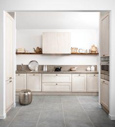 Het opvallende robuuste werkblad schittert in deze keuken, evenals de kastenwanden aan de zijkanten. Prachtige klassieke schouw met mooie klassieke elementen.