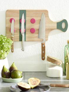 Ein Messerhalter muss nicht teuer sein. Aus einem Holzbrett, Küchenmagneten und ein paar weiteren Utensilien basteln wir ruckzuck dieses coole Modell.