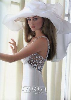 Wedding with fancy hats Chapeaux Pour Kentucky Derby, Kentucky Derby Hats, Wedding Hats, Wedding Gowns, Beauty And Fashion, Fancy Hats, Big Hats, Stylish Hats, Church Hats
