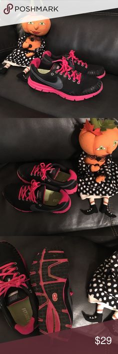 Black and Pink Nike Fitsole, women's tennis shoe Great pre owned condition, normal wear & tear. No holes, or rips. Black and pink. Women's Nike Shoes Athletic Shoes