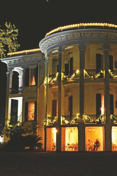 Nottoway Plantation decked out for Christmas Antebellum Homes, Lady Antebellum, Old Southern Homes, Big Homes, Beautiful Homes, Beautiful Places, Gothic Revival Architecture, Louisiana Plantations, French Colonial