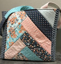 I promise you these patterns that I'm testing or just simply making as a quilt along for Fat Quarter Shop aren't the only things I'm sewing. Fat Quarter Quilt, Fat Quarter Shop, Quilted Tote Bags, Patchwork Bags, History Of Quilting, Library Bag, Crotchet Patterns, Diy Handbag, Girls Bags