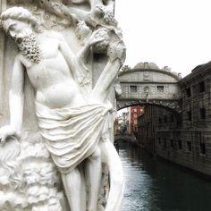 Le Pietre di Venezia parlano solo a chi sa ascoltare: buongiorno  @jasonbolkano #instagram #venice