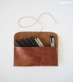 Le rustique Russet  pochette à crayon en cuir brun rougeâtre