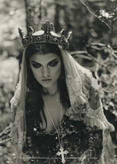 #medieval #goth Gorgeous shot, amazing wardrobe and super smokey eyes. The contrasting delicate white veil balances it.