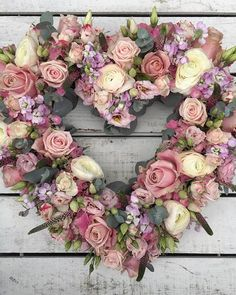 Funeral Flower Arrangements, Funeral Flowers, Floral Arrangements, Valentine Day Wreaths, Valentines Day Decorations, Shabby Chic Wreath, Deco Champetre, Blue Christmas Decor, Flower Room