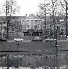 1966-1968. Gezicht op het Militair Hospitaal Dr. A. Mathijsen, complex Springweg (Geertebolwerk 1) te Utrecht; op de voorgrond de Stadsbuitengracht.