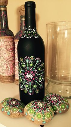 how to fabric decoupage wine bottle Painted Glass Bottles, Glass Bottle Crafts, Wine Bottle Art, Diy Bottle, Painted Wine Glasses, Decorated Bottles, Decorative Glass Bottles, Beer Bottle, Diy Art Projects
