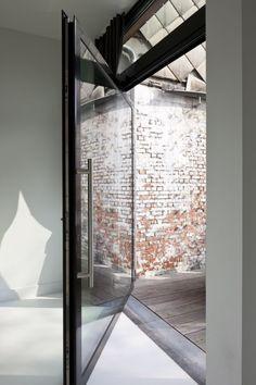 Envahie de lumière - Jevaisconstruire.be Interior Work, Modern Interior, Home Interior Design, Bay Window, Window Curtains, Glass Structure, Pivot Doors, Garden Doors, Door Detail