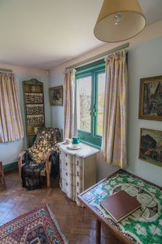 Virginia Woolf's bedroom at Monk's House, Rodmell, Sussex. (Photo: H. Travis