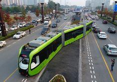 """O primeiro """"trem smart"""" do mundo sem trilhos e sem condutor inaugurou na China. O modelo é considerado um sistema ferroviário futurista e virou..."""