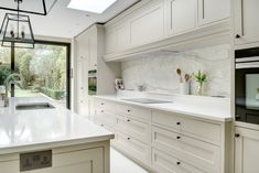 Looking for a bespoke kitchen design firm in Battersea? Explore our extensive portfolio of custom kitchens to inspire your future renovation. Open Plan Kitchen Living Room, Home Decor Kitchen, Kitchen Interior, New Kitchen, Kitchen Dining, Kitchen Ideas, Pantry Ideas, Kitchen Designs, Custom Kitchens