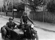 Un Side-car allemand avec aux commandes un SS-Schütze et dans le side, un SS-Unterscharführer