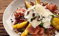 Receita de Salada de rúcula, pêssego fresco, presunto cru e parmesão