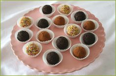 Trufas de chocolate negro decoradas de diferentes formas.