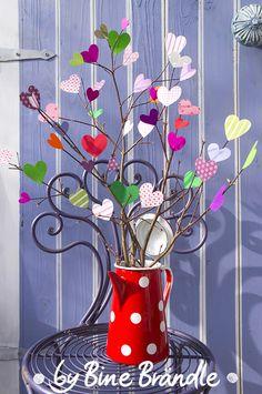 """Luftiger Strauß aus bunten Papierherzen. Eine zauberhafte Idee zum Muttertag. Eine originelle Wohnungs-Deko oder Geschenk im Frühling. Idee und Foto aus dem Buch: """"Mein buntes Jahr"""" von Bine Brändle (Frechverlag)"""