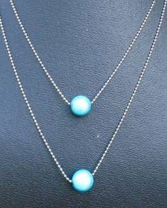 2 licht blauwe miracle beads kralen op bolletjes ketting: €5,00 Oorbellen : €3,00