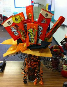 fun halloween centerpiece or gift idea Simple Gifts, Cool Gifts, Diy Gifts, Craft Gifts, Cute Halloween, Halloween Gifts, Halloween Candy, Halloween Decorations, Easter Baskets