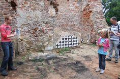 Ruïne Bleijenbeek, middendeel, schouw in de achter- ofwel ridderzaal (10 augustus 2014) Ancestry