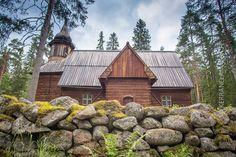 Pihlajaveden erämaakirkko on komea ulkoa ja mystinen sisältä. Kirkon puuseiniin on piirtynyt kirkkokansan varjoja.