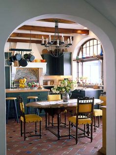 If you like the look of warm, welcoming old-world homes, Spanish kitchen style might be the right style for you. We've already explored some of the best Spanish kitchen designs. Get ready to be stunned! Kitchen Styling, Kitchen Decor, Kitchen Dining, Kitchen Chairs, Dining Room, Kitchen Layout, Kitchen Ideas, Eclectic Kitchen, Rustic Kitchen