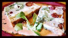 Pastel de brócoli con tomatitos cherry, queso y salsa de pimientos de piquillo.