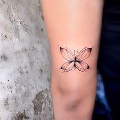 Butterfly tattoos are graceful pieces of magical art. Prepare to be inspired by some of the most beautiful butterfly tattoos ever made! Mini Tattoos, Trendy Tattoos, New Tattoos, Body Art Tattoos, Small Tattoos, Tatoos, Tattoo Henna, Tattoo Trend, Tattoo Ideas