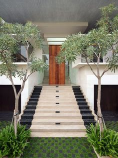 Entrance stairs in cream and black marble- marvellous combination