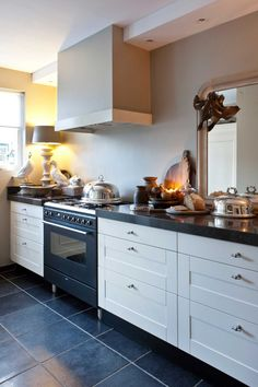 Gerenoveerd rijhuis in sober-stoere look - Wonen Landelijke Stijl - Health and wellness: What comes naturally Small Space Kitchen, Kitchen On A Budget, Small Spaces, Kitchen Ideas, Sober Living, Dark Kitchen Cabinets, Apartment Kitchen, Decoration, Kitchen Remodel