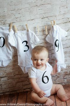 Six month photography prop ideas. Use onsies instead of signs to show babies age DIY DIY DIY