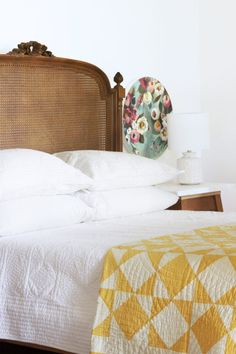 Happy Friday 2019 country bedroom with antique quilt and vintage cane bed frame // the Farmhouse // The Grit and Polish The post Happy Friday 2019 appeared first on Quilt Decor. Living Vintage, Bedroom Vintage, Vintage Bed Frame, Vintage Bedding, Antique Quilts, Vintage Quilts, Antique Beds, Vintage Diy, Vintage Wood