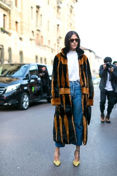 Statement fur coat and casual outfit - fashion week street style Best Street Style, Street Style 2017, Street Chic, Street Fashion, Estilo Fashion, Ideias Fashion, Ciao Milano, Ripped Denim Skirts, Gilda Ambrosio