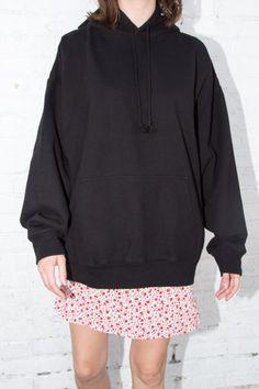 Oversized soft hoodie in black with drawstrings, and kangaroo pockets. Sweatshirt Outfit, Sweater Hoodie, Cut And Style, Hoodies, Sweatshirts, Clothing Items, Black Hoodie, Brandy Melville, Hooded Jacket
