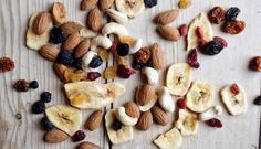 What to eat when breastfeeding? 10 healthy snacks that help increase breast milk and stay fit. Products you should include in breastfeeding diet. Healthy Snacks To Make, Healthy Pastas, Healthy Crockpot Recipes, Healthy Sweets, Budget Clean Eating, Dried Berries, Dried Fruit, Eating Bananas, Health Snacks