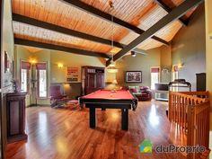 Salle familiale de rêve à voir à Austin #DuProprio Table, Home Decor, Family Room, Decoration Home, Room Decor, Interior Design, Home Interiors, Desk, Bench