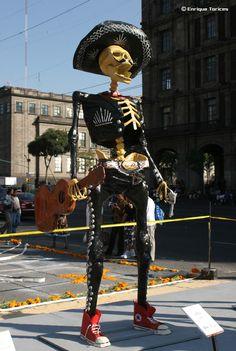 Mariachi de cartón en el Zócalo del Distrito Federal en la ofrenda monumental del 2 de noviembre.