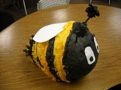Cómo hacer una piñata en forma de abeja