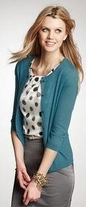 MENSAJES Outfit: postales atuendo: cardigan verde azulado, gris falda lápiz, lazo de lunares blusa