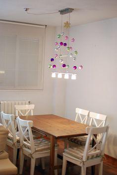 El no-Árbol de Navidad.    Este año hemos puesto un árbol de navidad de centro de mesa, un árbol sin árbol, sólo las bolas.