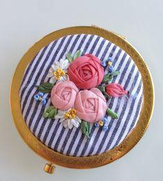 リボン刺繍でばらを飾った華やかな雰囲気の コンパクトミラーです。 直径は約7cmです。|ハンドメイド、手作り、手仕事品の通販・販売・購入ならCreema。