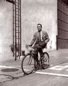 The legendary Humphrey Bogart rides a bike with one hand…