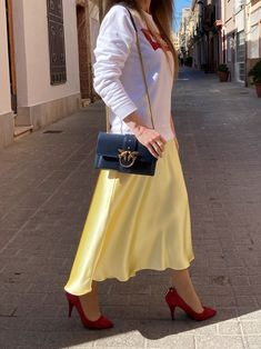 Discover how to wear a sweatshirt with effortless style. #style #estilo #styleblog #blogdeestilo #styleinspiration #styletips #styleideas #ideasestilo #trends #tendencias #outfitideas #sweatshirt #sudadera Alexander Wang, Blazers, Zapatos Shoes, Pumps, Style Inspiration, Outfits, Trends, Stylish, Sweatshirts