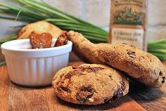 Leckere italienisch angehauchte Low Carb Brötchen mit getrockneten Tomaten und Kräutern der Provence. Der Teig aus Goldleinmehl und Kokosmehl unterstützt den intensiven Tomatengeschmack perfekt.