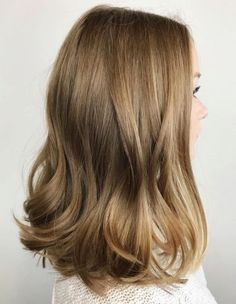 Bronde Hair Inspiration – T-Shirts & Sweaters Bronde Hair, Balayage Hair, Honey Balayage, Brown Blonde Hair, Dark Blonde, Brunette Hair, Brown Lob, Long Brunette, Medium Blonde