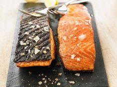 Recette Pavé de saumon au barbecue. Ingrédients (4 personnes) : 4 très beaux pavés de saumon, avec la peau, Fleur de sel... - Découvrez toutes nos idées de repas et recettes sur Cuisine Actuelle Weber Barbecue, Bread, Fish, Healthy, Ethnic Recipes, Desserts, Parmesan, Planks, Salmon Risotto