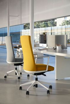 CRON combines the quality of a managerial chair, imposing but slim, with an aspect of functional inspiration, comfort, light and dynamism.
