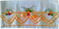 Guardanapo em sacaria de primeira linha (próprio para panos de prato)  44x74cm de tamanho (sem o crochê,pois varia em cada modelo) Bico e laranjas feito em crochê e bordado a mão Prazo de entrega a combinar R$ 35,90