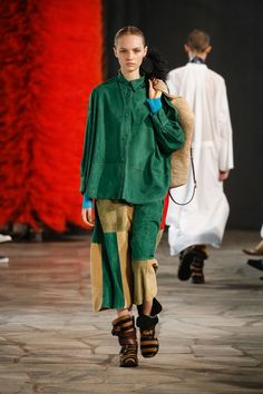 Loewe Spring 2019 Ready-to-Wear Fashion Show Collection: See the complete Loewe Spring 2019 Ready-to-Wear collection. Look 15 Fashion Art, Fashion Brands, High Fashion, Fashion Outfits, Womens Fashion, Fashion Design, Paris Fashion, Costume, Vogue Russia